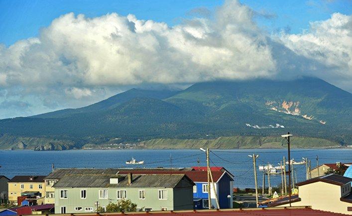 Действующий вулкан Менделеев у поселка Южно-Курильск на острове Кунашир Большой Курильской гряды