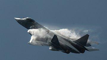 Самолет Т-50 во время показательных выступлений на Международном авиационно-космическом салоне МАКС 2015 в подмосковном Жуковском