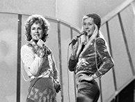 6 апреля 1974 года. Анни-Фрид Лингстад и Агнета Фэльтскуг из шведской группы ABBA на Евровидении 1974 года в Англии