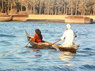 Местные жители плывут в Шатт-Аль-араб в Басре, Ирак