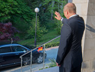 Президент РФ Владимир Путин прощается с федеральным канцлером ФРГ Ангелой Меркель