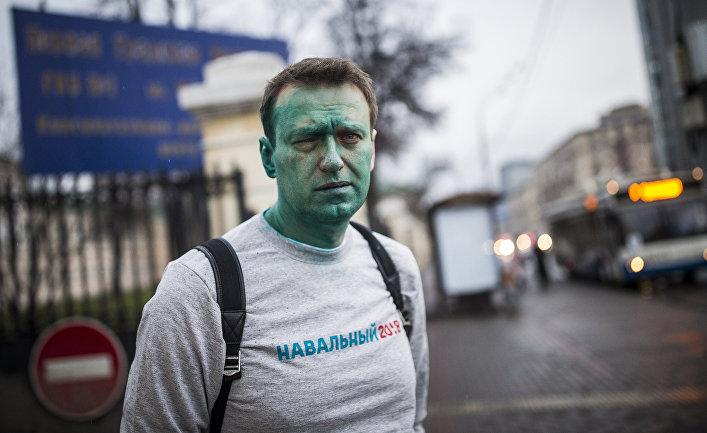 Российский оппозиционер Алексей Навальный после нападения на него неизвестных злоумышленников