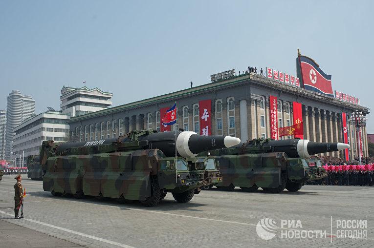 Военная техника во время парада, приуроченного к 105-й годовщине со дня рождения Ким Ир Сена, в КНДР