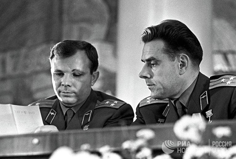Советские космонавты Юрий Гагарин и Владимир Комаров на пресс-конференции в МГУ