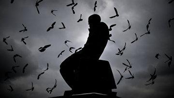 Памятник Ф.М. Достоевскому у здания Российской государственной библиотеки в Москве