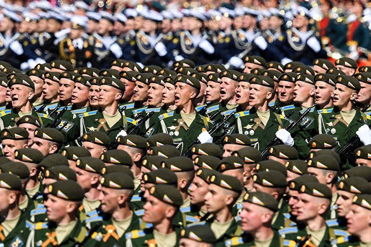 Российские военнослужащие маршируют по Красной площади
