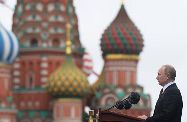 Российский президент Владимир Путин произносит речь на Параде Победы