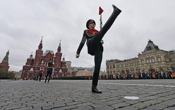 Российские линейные маршируют по Красной площади в Москве