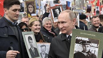 Президент РФ Владимир Путин с портретом своего отца-фронтовика Владимира Спиридоновича