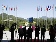 Журналисты в месте проведения открытии форума «Один пояс, один путь» в Пекине