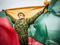 Солдат с флагом Литвы