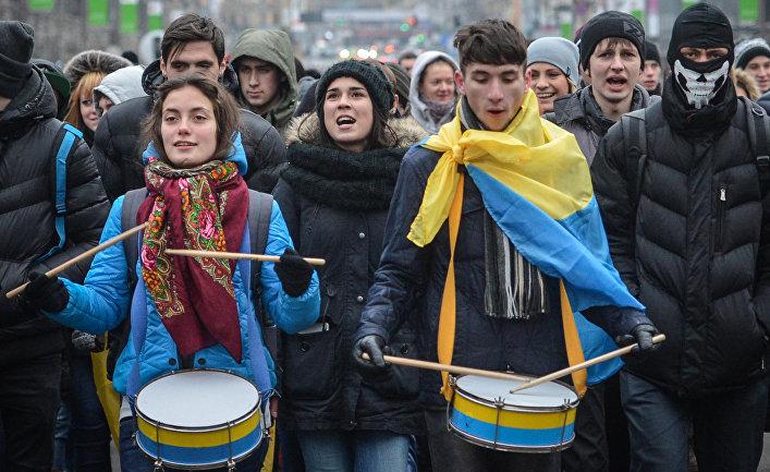 Участники акций за евроинтеграцию Украины во время шествия по Крещатику