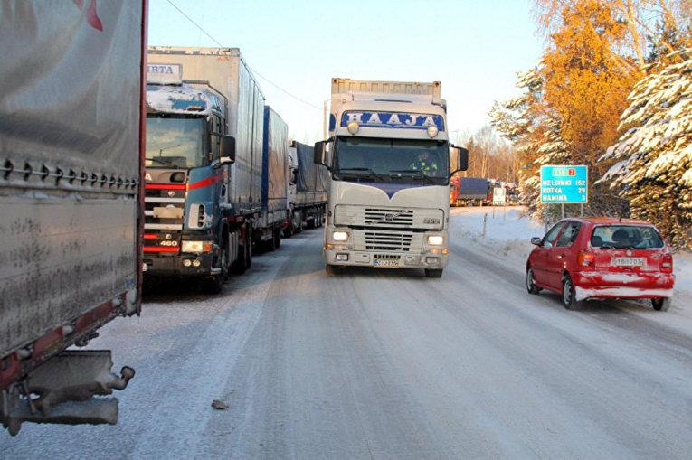 Грузовики на границе России и Финляндии в Хамине