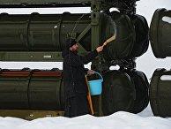 Священнослужитель освящает контейнеры с зенитными ракетами