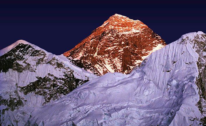 Вершина горы Эверест на закате