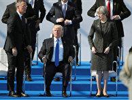 Генеральный секретарь НАТО Йенс Столтенберг, президент США Дональд Трамп и премьер-министр Великобритании Тереза Мэй