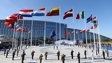Флаги стран НАТО во время торжественной церемонии в Брюсселе