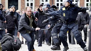 Протестующие из неонацистской датской партии во время столкновений с полицией