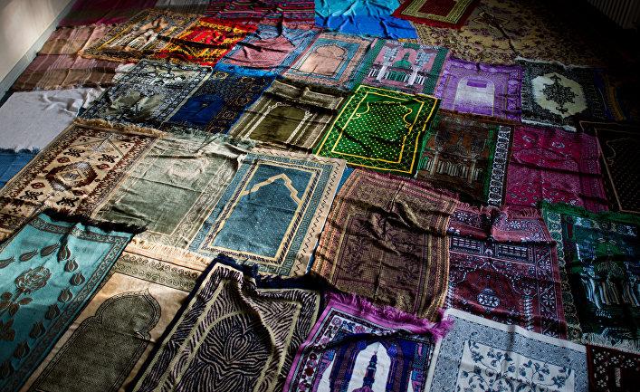 Молитвенные коврики на территории бывших военных казарм