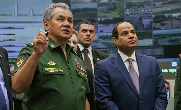 Президент Египта Абдельфаттах Сиси и министр обороны России Сергей Шойгу во время посещения Национального центра управления обороной РФ