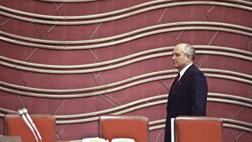 Генеральный секретарь ЦК КПСС, Председатель Верховного Совета СССР Михаил Сергеевич Горбачев перед началом Внеочередного III Съезда народных депутатов СССР. 12 марта 1990 года