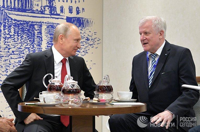Владимир Путин и Хорст Зеехофер во время встречи в рамках Петербургского международного экономического форума 2017
