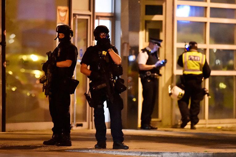 Полиция на месте происшествия на Лондонском мосту. 3 июня 2017