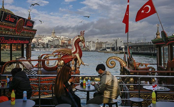 Туристы в одном из кафе в Стамбуле