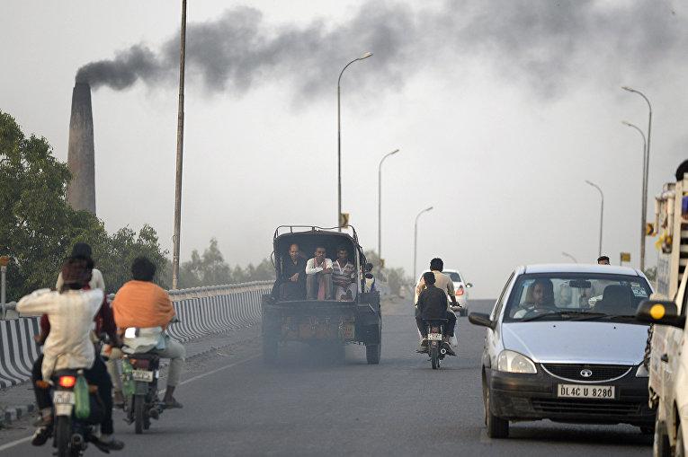 Автомобили в городе шоссе в Джаландхар, Индия