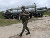 Военнослужащий рядом с зенитными ракетными комплексами С-400 «Триумф»