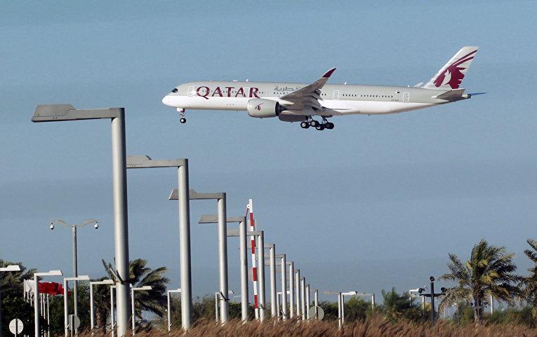 Самолет катарских авиалиний в аэропорту в Дохе