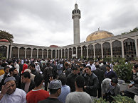 Британские мусульмане возле Центральной мечети Лондона