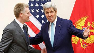 Госсекретарь США Джон Керри и министр иностранных дел Черногории Игор Лукшич во время встречи министров иностранных дел стран НАТО в Брюсселе