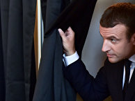 Президент Франции Эммануэль Макрон голосует во втором туре французских парламентских выборов