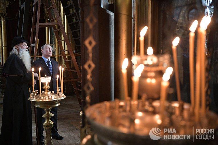 Президент РФ Владимир Путин и глава Русской православной старообрядческой церкви митрополит Корнилий