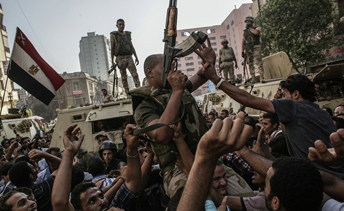 """Ситуация у мечети Аль-Фатх, где укрылись сторонники """"Братьев-мусульман"""""""