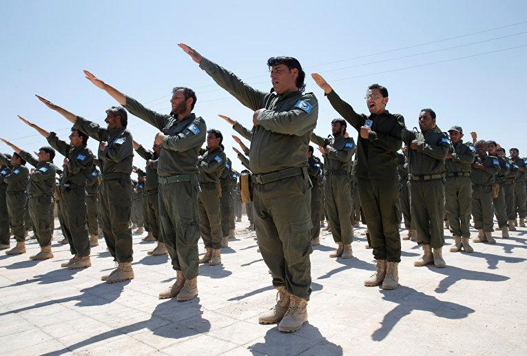 Обученные США сотрудники сирийской полиции во время церемонии вручения дипломов
