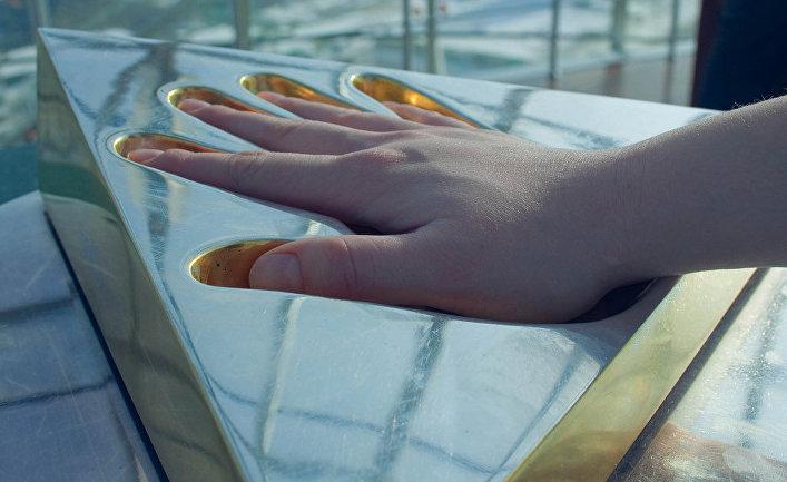 Отпечаток руки президента Нурсултана Назарбаева отлит из золота