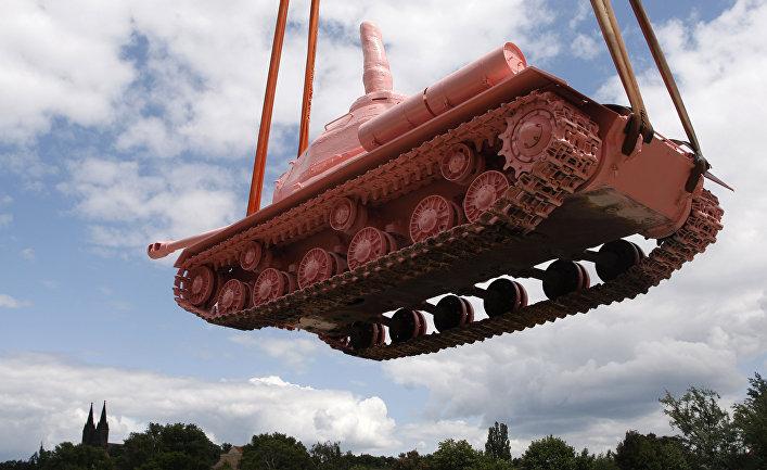 Советский танк, покрашенный в розовый цвет в Праге