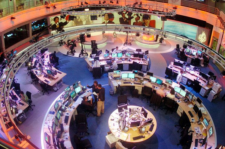 Сотрудники в офисе телекомпании Al Jazeera в Дохе, Катар