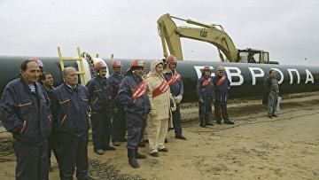 """Бригада сварщиков, работающих на строительстве газопровода """"Ямал-Европа"""". 1996 год"""