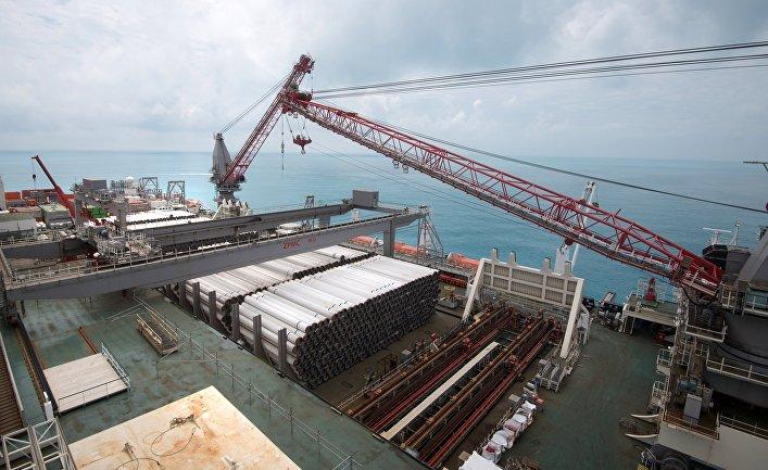 Работа судна-трубоукладчика «Пиониринг Спирит» в районе Анапы. 23 июня 2017