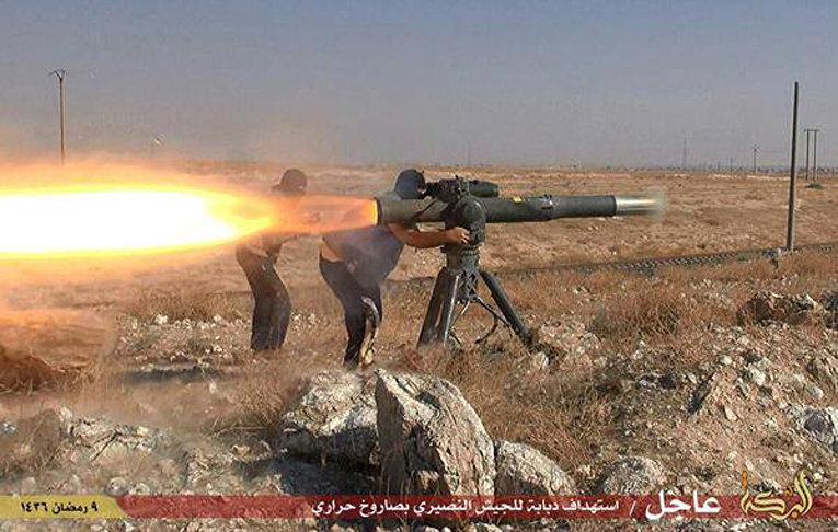 Боевики Исламского государства (запрещена в РФ) запускают противотанковую ракету в городе Эль-Хасака, Сирия