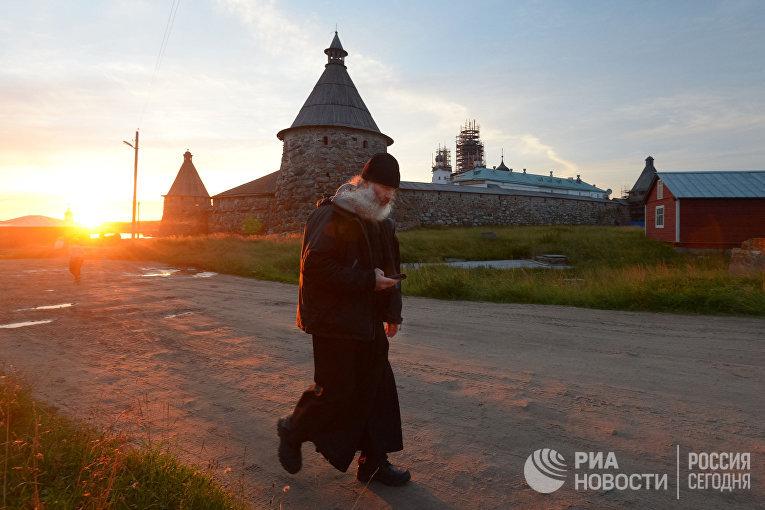 Священнослужитель в Соловецком мужском монастыре