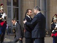 Президента Украины Петра Порошенко во время встречи с Президентом Франции Эммануэлем Макроном. 26 июня 2017