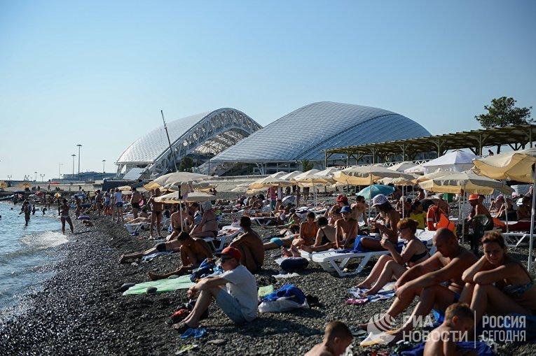 Отдыхающие на пляже около Олимпийского парка в Сочи