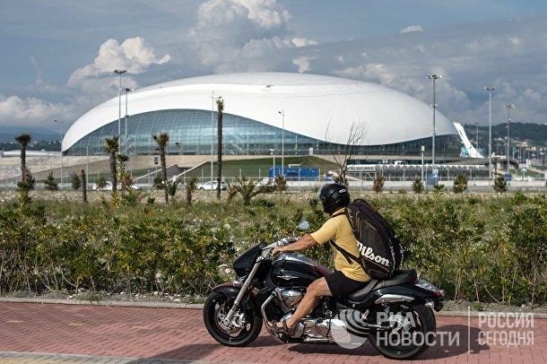 Вид на ледовый дворец «Большой» в Олимпийском парке Сочи