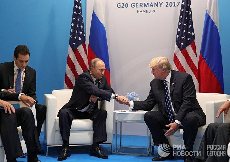 """Президент РФ Владимир Путин и президент США Дональд Трамп во время встречи на полях саммита лидеров """"Группы двадцати"""" G20 в Гамбурге. 7 июля 2017"""