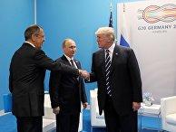 """Президент РФ Владимир Путин,  министр иностранных дел России Сергей Лавров и президент США Дональд Трамп во время беседы на полях саммита лидеров """"Группы двадцати"""" G20 в Гамбурге. 7 июля 2017"""