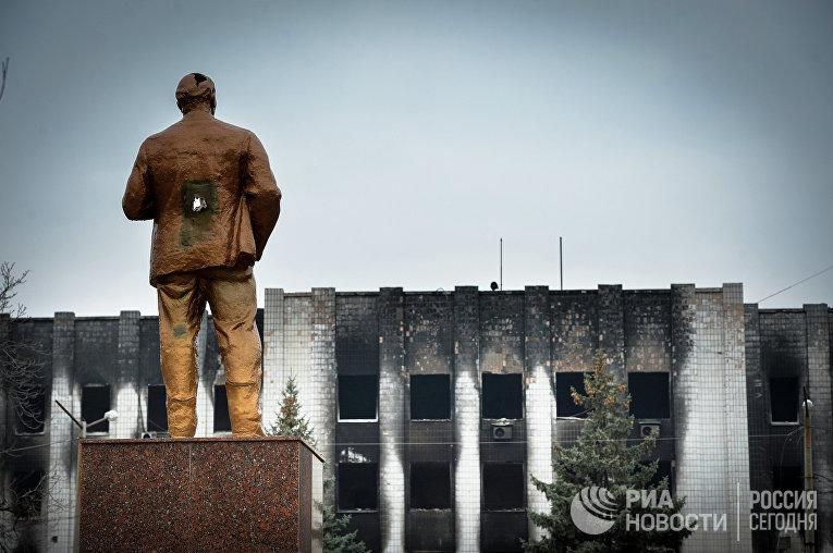 Памятник В.И. Ленину у здания городского совета в Шахтерске